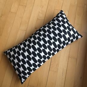 • Fin pude i sort/hvidt mønster ◽️◾️ • Perfekt som pyntepude 🕊 • Kan mødes på Glostrup St., KBH banegård eller alt imellem 🙌🏼