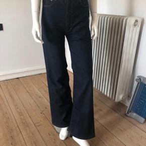 Højtaljede jeans fra April 77.  Brugte enkelte gange, fejler intet, er som nye.  Str 28.  Byttes ikke.