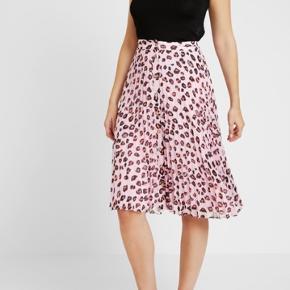Rigtig fin nederdel fra Tommy Hilfiger. Har været brugt et par timer og har ellers bare hængt i skabet. Sælges da den er for stor til mig 🌸