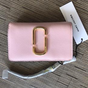 Den sødeste pung med plads til både småpenge og kreditkort. Den er Rosa foran og beige bagpå. Er købt for 165 Dollars og prisskilt sidder stadig på samt papir beskyttelse.
