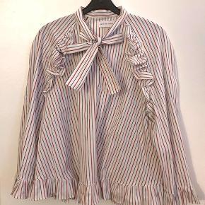Fin skjorte bluse fra Sofie Sol Studio. Str. Onesize. Nypris 1599,- Brugt få gange.  Jeg bytter ikke. Køber betaler porto.