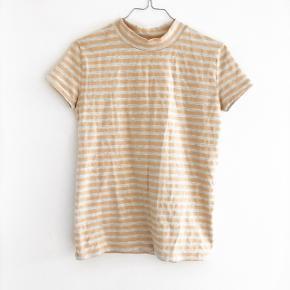 Just Female t-shirt i grå og svag karry gul stribet  størrelse: S   pris: 90 kr   Fragt: 37  OBS: Jeg tager på loppemarked D. 17/2 - hvis varen ikke er solgt inden tages den med 🚨