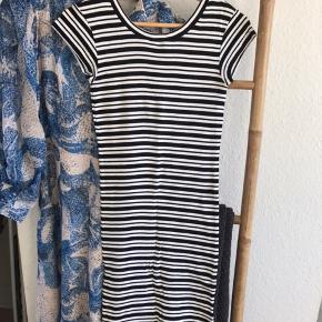 Super behagelig tætsiddende kjole fra Mads Nørgaard. Det er en størrelse XS, men passes også af S. Jeg er 167 og den går mig til lige over knæene ☺️