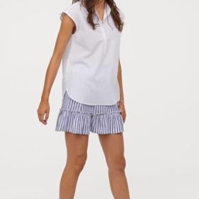 Blå skjorte fra H&M i blød kvalitet. I mærket står str. 42, jeg er en medium og jeg passer den. Jeg sælger en magen til i lyseblå stribet. Jeg sender gerne :-)