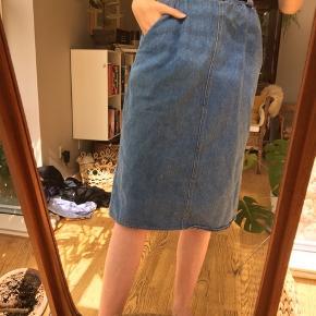 Flot retro denim nederdel der går ned over knæet.  Der er både lynlås og elastik i taljen.
