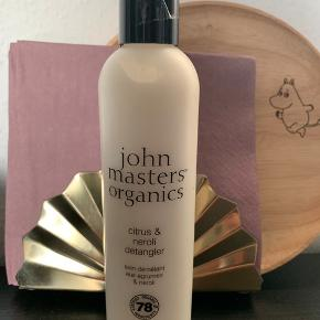 236 ml John Masters organics. Balsam som kan vaskes ud, men også en leave-in balsam. Økologisk.  Aldrig brugt