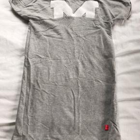 """Kortærmet kjole med delvist """"M"""" for Molo, str 134/140. Gmb - blev dog lidt skæv ved første vask.   Mp 30pp"""