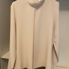 Hoffman copenhagen bluse - meget fin i stoffet og kan bindes på ærmerne. Str m kan passes sf 36-40   Np: 1600