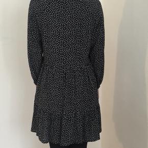 MbyM kjole, model: Janee.. mørkeblå med hvide prikker.. brugt 1 gange, fejler intet..
