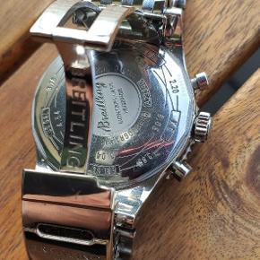 Breitling Montbrillant Legende a23340  Uret er fra 2007, og alt originalt medfølger + en ekstra Breitling travel case, da den originale er godt brugt.  Uret stammer fra 2007, så det er den første model af Montbrillant Legende. Det er købt i Spanien, og den originale kvittering haves.  Uret er et Navitimer, som fremgår af dets mulighed for kalkulationer via slide rules på den drejelige krans  Diameteren er 47mm, og uret er 17mm tykt, så det er en heftig fætter med en integreret Navitimer lænke. Det er samtidig udstyret med ridsefrit safir glas, og pushdown krone.  Urværket er et automatisk meknisk ETA Valjoux 7753 med manuelt optræk, som har en power reserve på 42 timer, og fungerer som et chronograph med stoptimer.   Uret er registreret i Watch-Matters fra autoriseret forhandler
