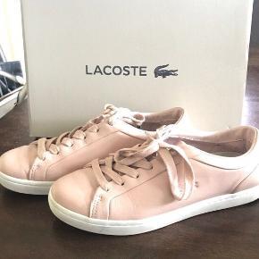 Flotte sneakers fra Lacoste. De er i flot stand. Ikke brugt så meget.
