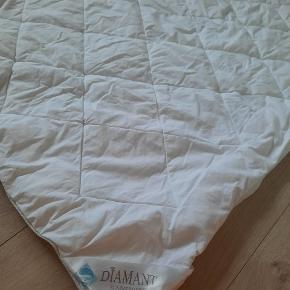 Babydyne med fiberfyld fra Diamant + sengetøj fra Mybaby. God til den varme baby.