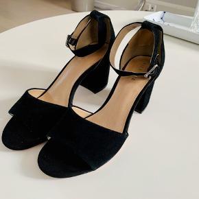 Fine sandaler fra Pier One. Købt på Nelly.com.  De er kun brugt en enkelt gang i få timer. Derfor fremstår de som nye dog med lidt skidt på bunden.  BYD :)