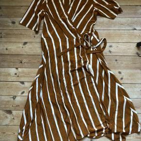 Flot kjole med shine, brugt få gange