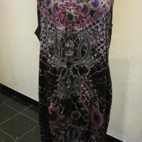 Asos Curve kjole str 54 Bm 2x66 cm Hoftemål 2x68 cm Længde 106 cm - viscose/elastane - 85 kr plus porto Bundfarve sort (m4743)