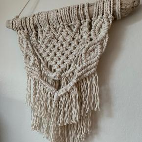 Unikt håndknyttet vægtæppe.  Lavet med drivtømmer fra Jyllands kyst og ny bomuldssnor.  Se billeder for mål. 😊 Pris pp 265 kr.