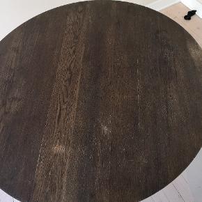 Ø120 H75,5  Rundt spisebord i oliebehandlet egetræ  almindelige brugsspor. Trænger til en gang olie.  Nypris 2399