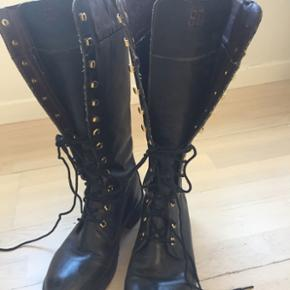 Lækre støvler, er i fin stand, er lidt slidte på indersiden øverst på skaftet, men kan jo ikke ses når de et på, derfor sælges de så billigt.