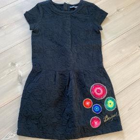 Desigual kjole, str 9-10 år  Dog lidt lille i str Brugt ca. 3 gange, dog er tråden lidt løs ved de farverige detaljer  NP - 750kr  Pris - 200