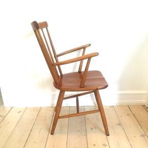 Svensk meget gedigen tremmestol i lakeret bøg/eg. Patineret på den fine måde. KUN EN TILBAGE Sidde højde 43. Cm  Ryg højde 89. Cm  Armlæn højde 68,5 cm  Sæde bredde 48. Cm  Sæde dybde 45. Cm  Pris 675. Kr  Prisen er fast .