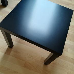 Lille Ikea natbord.  Der er en ridse i bordet, hvilket vises på billedet. Gives væk.