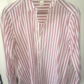 Rigtig fin stribet skjorte som fremstår I super god stand.  Brug den som den er eller fx med en tynd sweat udover.
