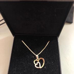 Smuk guld hjerte halskæde med sten. Halskæder er guldbelagt sølv.  Nypris 750,-