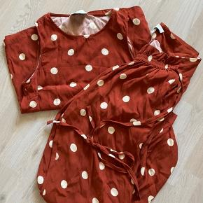 Just Female Caia top plus bukser. Begge dele i str. m Nypris 1.400,- for begge dele. Prisen er for begge dele. Sælges kun samlet. Brugt en enkelt gang.