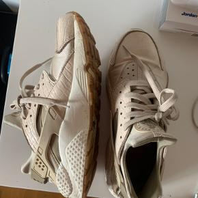 Sneakers, størrelse 41 men små i det, så svarer til størrelse 40. (Bruger jeg også selv).  Kan også afhentes fysisk Nørrebro.