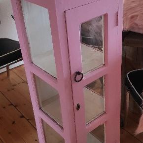 Lille vitrineskab, malet med rosa vintage maling. Perfekt til prinsesseværelset. Afhentes i 4720 Præstø