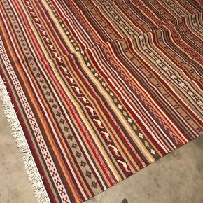 Jeg har fået dette flotte tæppe i gave, men da det er ret stort, passer det ikke ind i min bolig🤷♀️  Det er Rust rød i farven, med nogle fede mønstre i jord farver. Det har været opbevaret i en stof pose i mit kælderrum👍🏽