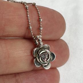 Flot halskæde i ægte sølv fra Rabinovich med sort rose. (Det indre af rosen er ikke helt sort, men perlemor grøn og rød). Kædens fulde længde er 42,5 cm og vedhæng og kæde er stemplet RAB for rabinovich og 925 for sterling sølv.  Se også mine andre annoncer med smykker 🧚♀️