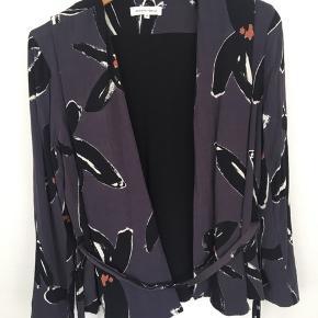 Flot trøje med mønster, som kan bruges både som cardigan og wrap-around trøje 🌻