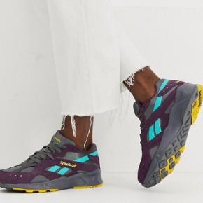 Aztrek sneakers fra Reebok.  Farver: grå, lilla, gul, turkis.  Størrelse: 39 Model: Reebok Aztrek Outdoor.  De er brugt maksimalt 10 gange, da størrelsen var lidt for lille til mig.  Jeg mener, at nyprisen var ca. 800,-.