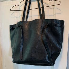 God rummelig lædertaske, med plads til bærbar.  Af mærket RO, Købt i massage for nogle år siden til omkring 600 Skriv for mål