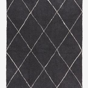 Sælger det her fin bomuldsgulvtæppe fra Ellos i farven grå. Det er cirka 1 år gammelt og fremstår uden pletter eller tydelige brugstegn. Det står rigtig pænt.  Måler: 140*200cm  Kan afhentes på Østerbro