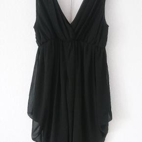 En flot, sort, elegant kjole fra mærket Bik Bok.  Aldrig blevet brugt.