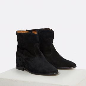 """Sælger mine støvler fra Isabel Marant i modellen """"Crisi"""" med usynlig """"built-in wedge"""". Købt hos Millium i vinter 2019. Der medfølger både skoæske + tags. De er brugt max 5 gange, så de fremstår helt som nye i både ruskind og indeni skoen. Det er kun under skoen, man kan se de er gået med lidt. Ønsker kun seriøse bud!!"""