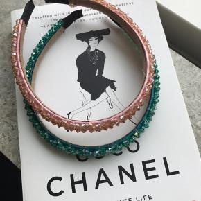 Fine hårbøjler med perler.  Farverne er lyserød og grøn. 30kr pr stk og 10kr i porto, hvis den skal sendes.
