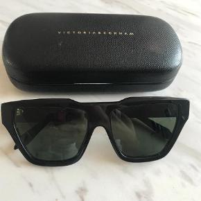 Varetype: Solbriller Størrelse: 56mm Farve: Sort Oprindelig købspris: 2242 kr. Kvittering haves.  Victoria Beckham Square Cat solbriller i sorte