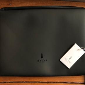 Laptop sleeve 13 tommer. Aldrig brugt. Kvittering haves.   Den er regntæt. Nypris 299kr