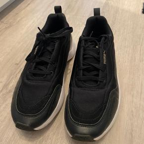 Lækre Puma Sneakers i sort med gulddetalje  Brugt få gange og sælges af samme årsag