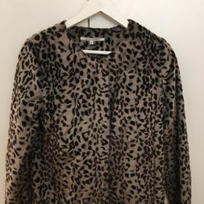Sælger min lækre Fake Fur jakke fra Lollys Laundry str small. Den er helt ny ( desværre købt for lille) Super god 🌷🌷