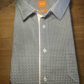 Hallo!!! Så taler vi om en vild flot skjorte fra Hugo Boss. Ny Pris: 1100,-  Se også mine andre annoncer af mærkevarer i fortrinlig stand, til både manden og det smukke køn.