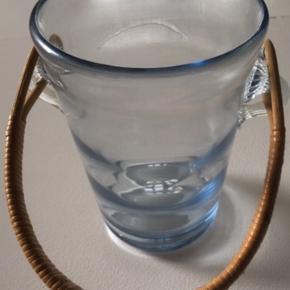 Isspand fra holmegård. Flot blå glas med flettet hank. Signeret i bunden.