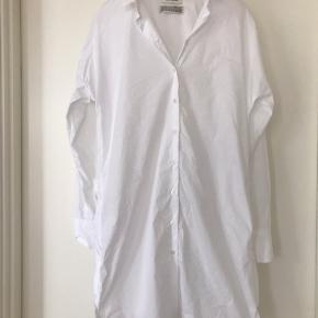Lang hvid skjorte, med lille slids i siderne. Kun brugt et par timer.