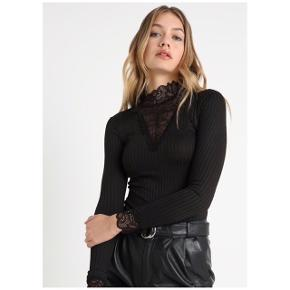 Bluse fra YAS i str m. Ny pris 179,-. Den er i blonde og rib. Normal længde og kropsnær. 95% polyester, 5% elastan.