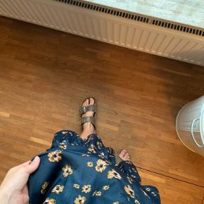 Ankellang nederdel fra Moss Copenhagen i en smuk navy med beige blomster🌸 Aldrig brugt eller vasket🛍