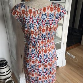 Super flot kjole fra mærket manguun collection. Brugt en enkelt gang. Sider super flot. Mp 257 kr pp