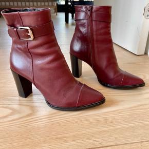 Elegante og feminine efterårs boots fra Billi Bi. Sælges da vi flytter og jeg har for mange par sko 😮🤷🏼♀️ (men kan man ha' det?!?) Anyways: de er skønne og størrelsen passer en 38. Brugt max 5 gange.